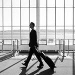"""""""Frequent flyers"""" contro """"comunitaristi""""? passeggero in aeroporto"""