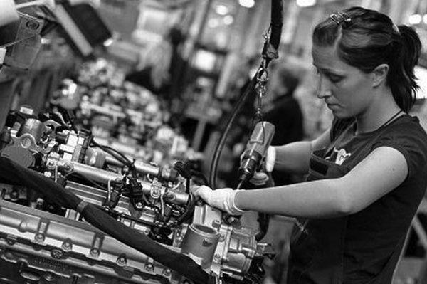 Occupazione e Sviluppo Sociale in Europa: operaia al lavoro