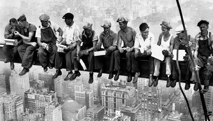 Climate Change: lavoratori fanno pausa su un grattacielo